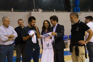 Luca mentre riceve la maglietta del Derthona Basket